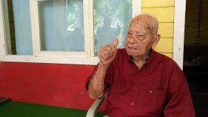 HOJANCHA: Con 102 años, don José sabe cómo mantenerse como un roble