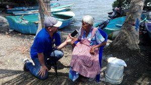 ISLA VENADO: Doña Virginia y el mar. Se mete a pescar sola con sus 90 años… y esas ganas de servir.