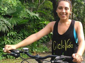 PUERTO VIEJO. Para que la supervivencia viaje sobre dos ruedas. La mujer de la «Ciclo-Vida»